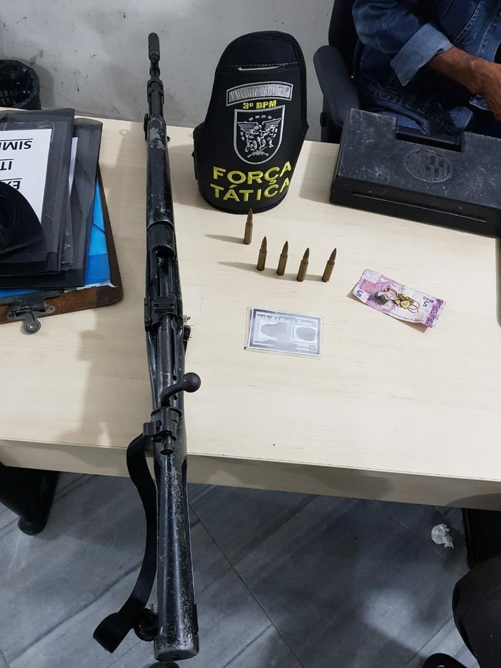 Adolescente foi apreendida com o fuzil em Parnamirim (Foto: PM/Divulgação)