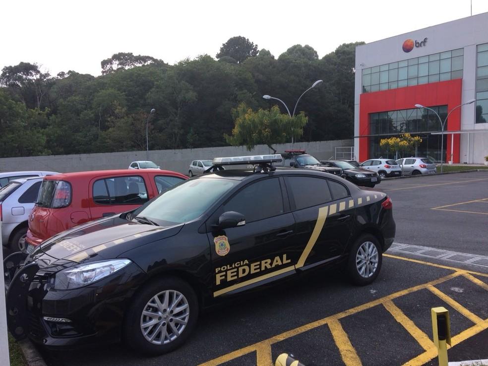 Carro da PF na seda BRF em Curitiba; 3ª fase da Operação Carne Fraca foi deflagrada nesta segunda-feira (5) (Foto: Denilson Beltrame/RPC)
