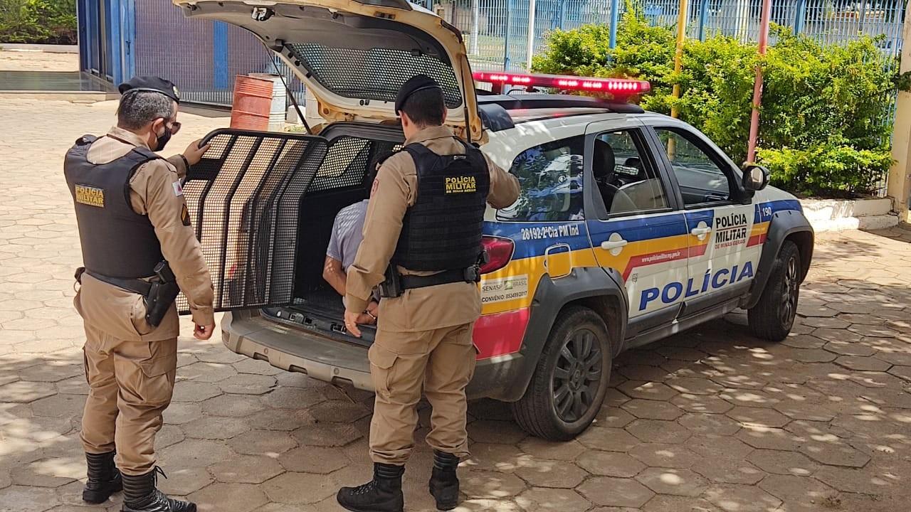 Homem é preso com galão de combustível após mulher pedir socorro à PM: 'Ameaçou colocar fogo nela e nos filhos'