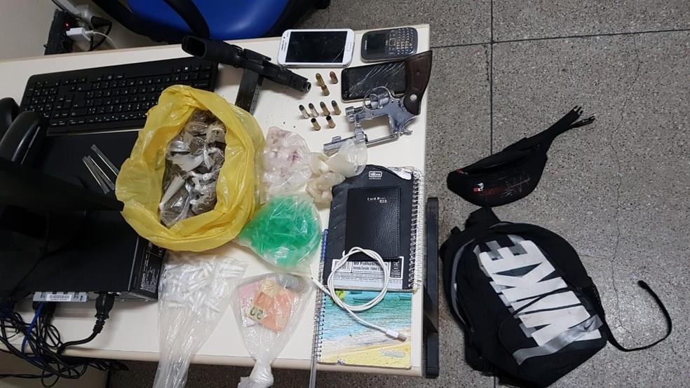 Policiais apreenderam armas e porções de crack, maconha e cocaína — Foto: Divulgação/SSP-BA