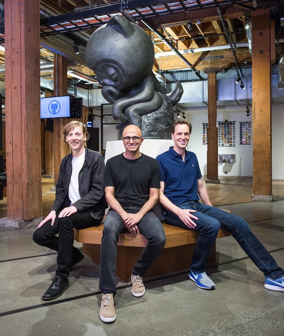 Chris Wanstrath, CEO e cofundador do GitHub, ao lado de Satya NAdella, CEO da Microsoft, e Nat Friedman, vice-presidente da empresa que passará a liderar o GitHub. — Foto: Divulgação/Microsoft