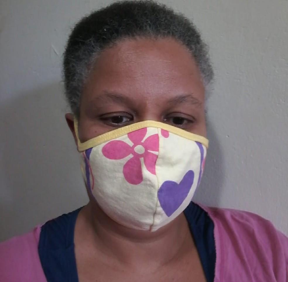 A professora Adriana Gomes Batista é surda e acha difícil usar máscaras convencionais porque não consegue fazer a leitura labial — Foto: Arquivo pessoal
