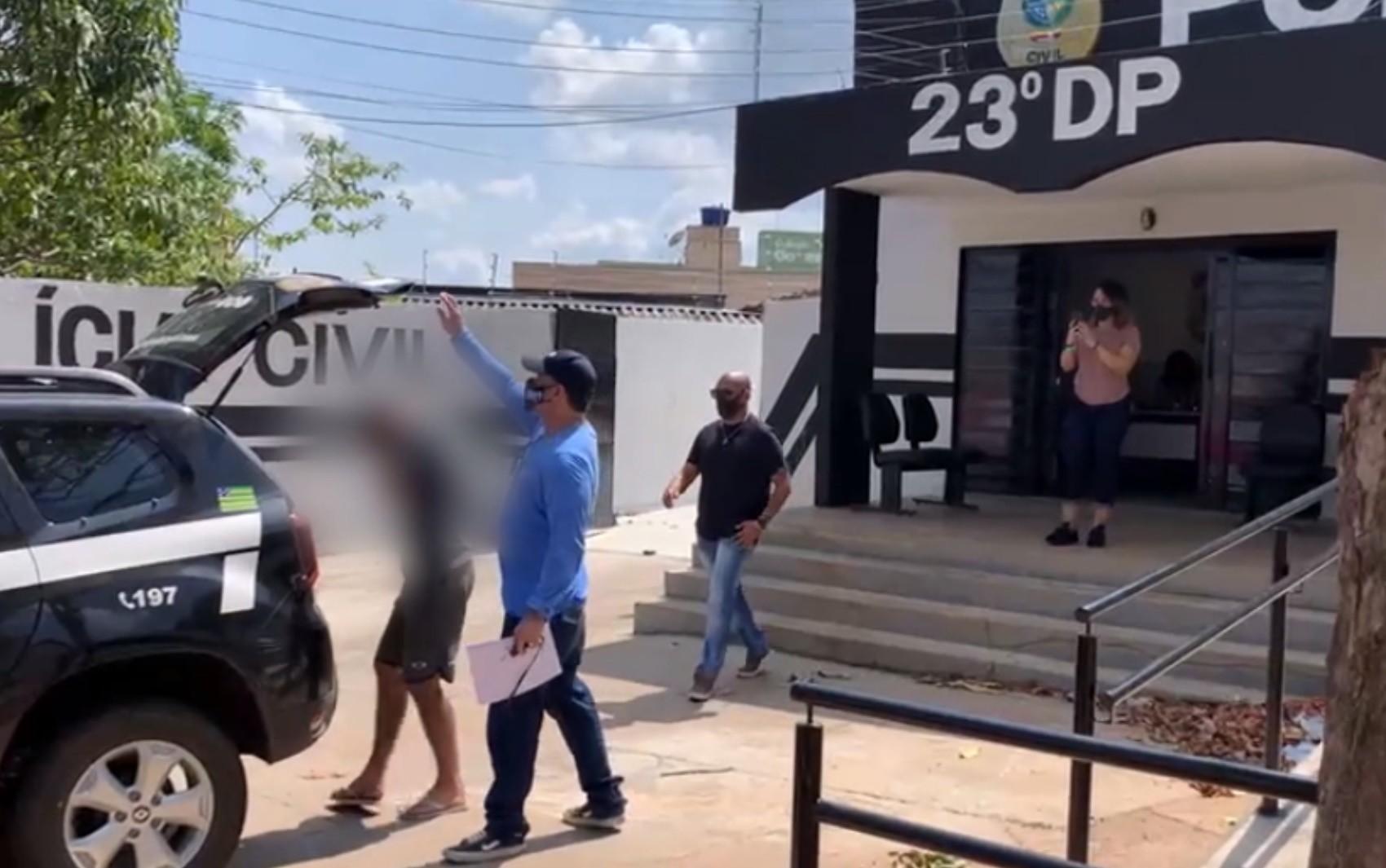 Homem é preso suspeito de se passar por policial, abordar vítimas e roubar celulares, em Goiânia