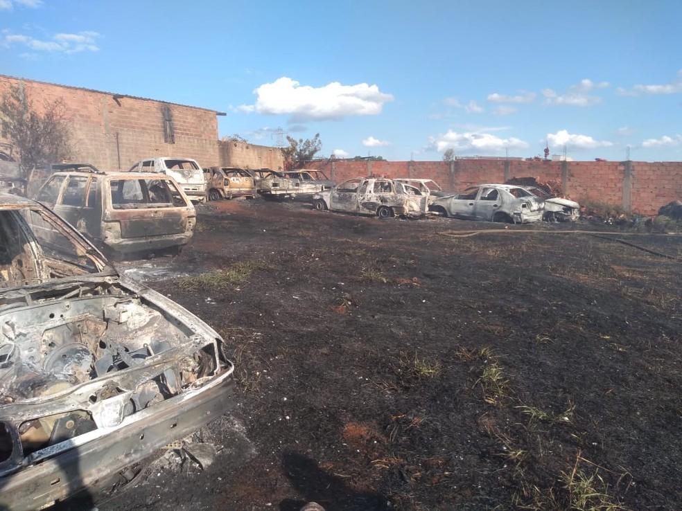 Carros ficam destruídos após incêndio — Foto: Corpo de Bombeiros/Divulgação