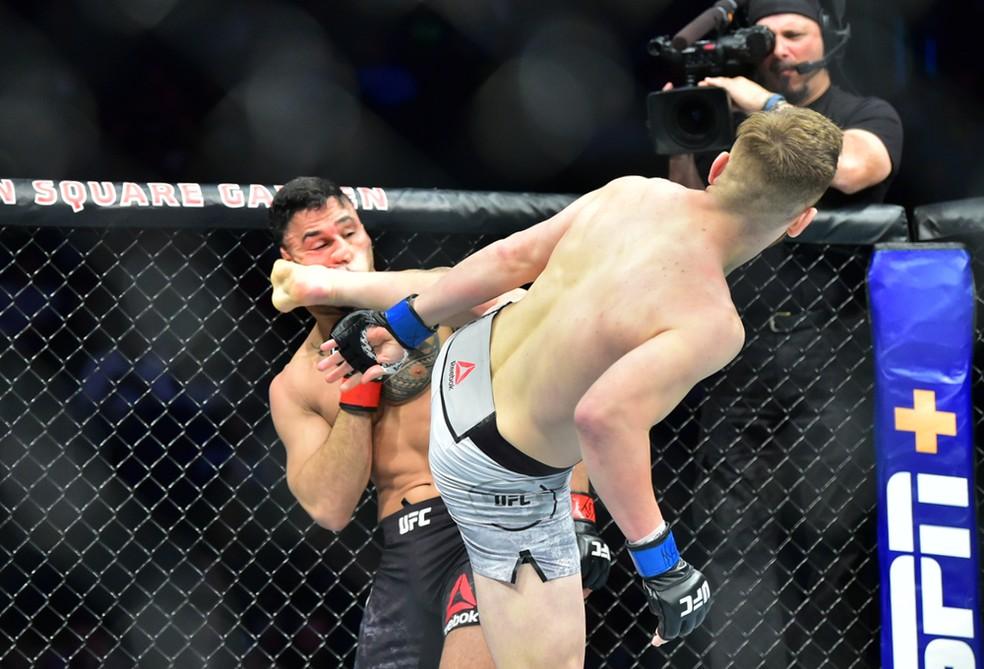 Edmen Shahbazyan encaixa o chute que nocauteou Brad Tavares no UFC 244 — Foto: Jason Silva
