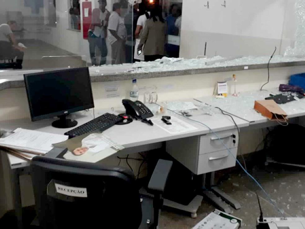 Homem teve surto enquanto esperava por atendimento em UPA, quebrou vidros e portas em Rondonópolis (Foto: Divulgação)