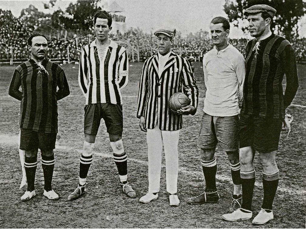Fleitas Solich (o segundo da esquerda para a direita), capitão do Paraguai na Copa América de 1924 — Foto: Divulgação / Conmebol
