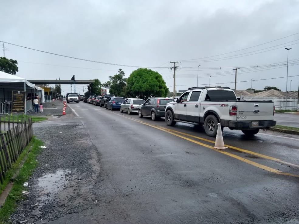 Carros fazem fila para entrar no Brasil após reabertura da fronteira da Venezuela — Foto: Jackson Félix/G1 RR
