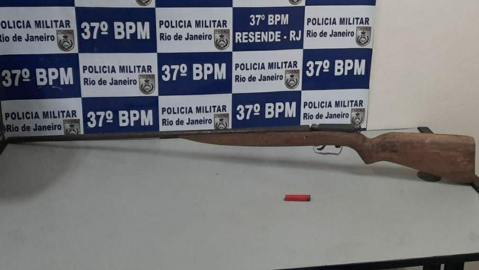 Arma foi encontrada dentro da residência do casal  — Foto: Divulgação/Polícia Militar