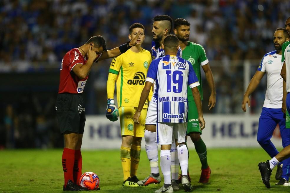 Bráulio da Silva Machado consultou VAR, mas confirmou erro no pênalti de Bruno Pacheco — Foto: Cristiano Andujar/Futura Press