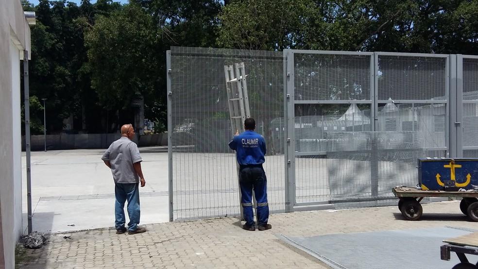 Portões, que foram arrombados, estão sendo recolocados no lugar (Foto: Ronald Lincoln Junior)