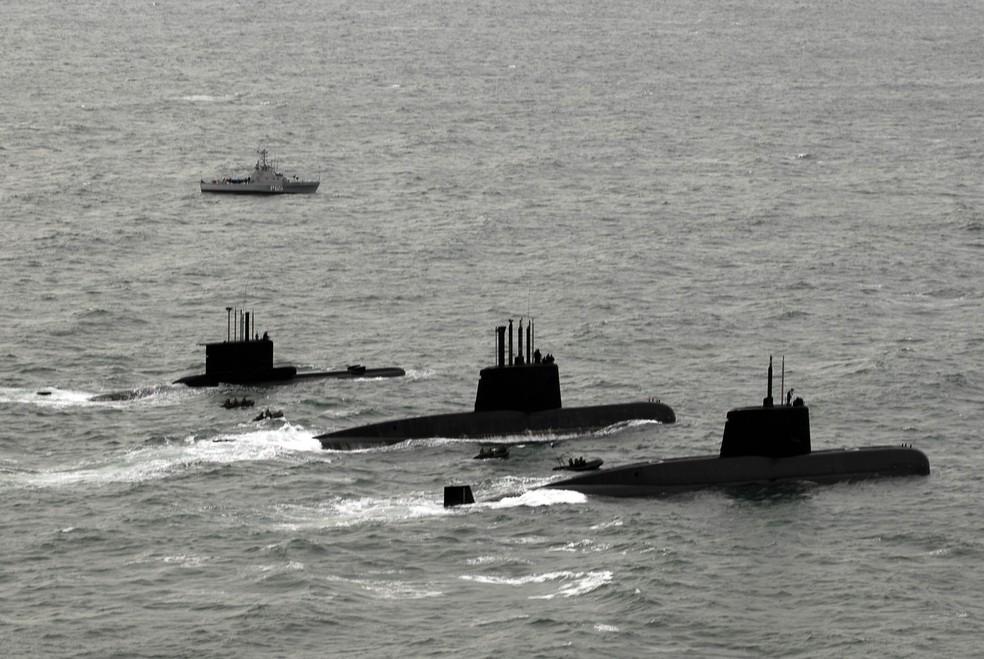 Os três submarinos da Marinha Argentina, entre eles o ARA San Juan, que está desaparecido com 44 tripulantes (Foto: Handout / ARGENTINA'S DEFENSE MINISTRY / AFP)