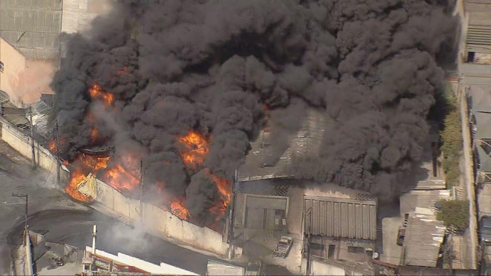 Incêndio em galpões no Jardim Califórnia, em Barueri, nesta quinta (26). — Foto: Reprodução/TV Globo