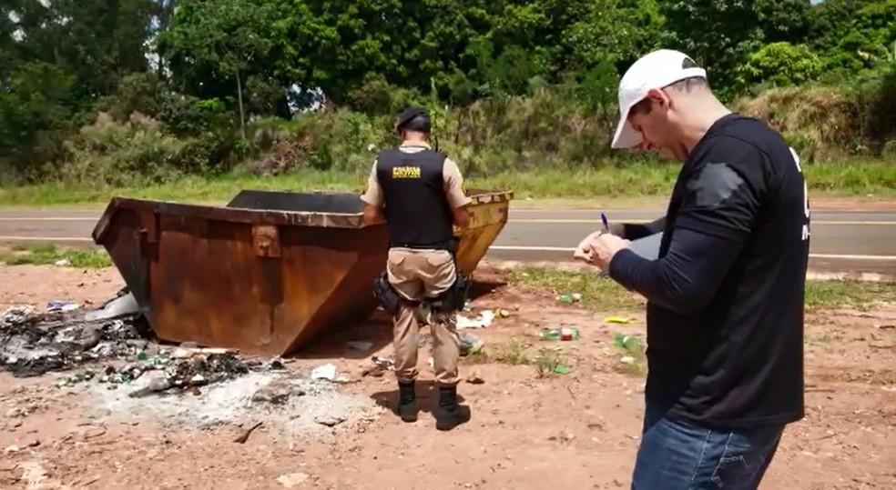 Vítima estava dentro de caçamba em chamas em Ibiraci (MG) — Foto: Helder Almeida