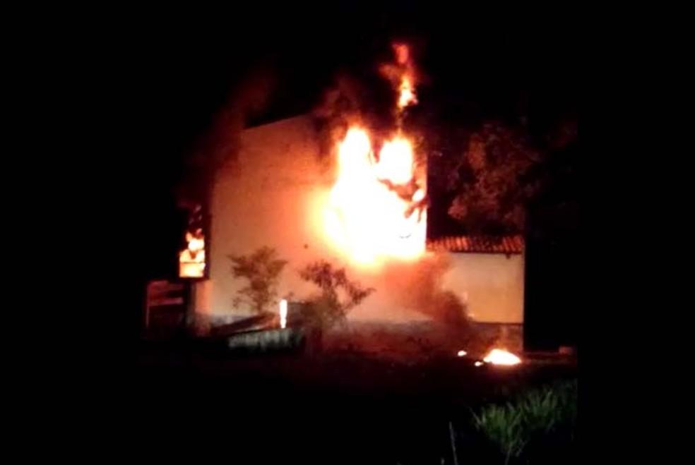 Incêndio atingiu depósito de pneus, em Santa Mercedes (Foto: Robson dos Santos Pereira/Cedida)