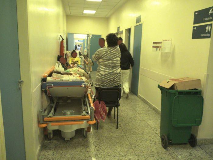 No Hospital Albert Schweitzer, paciente é colocado no corredor e perto de lata de lixo