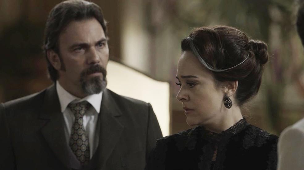 Aurélio é duro em suas palavras para Julieta (Foto: TV Globo)