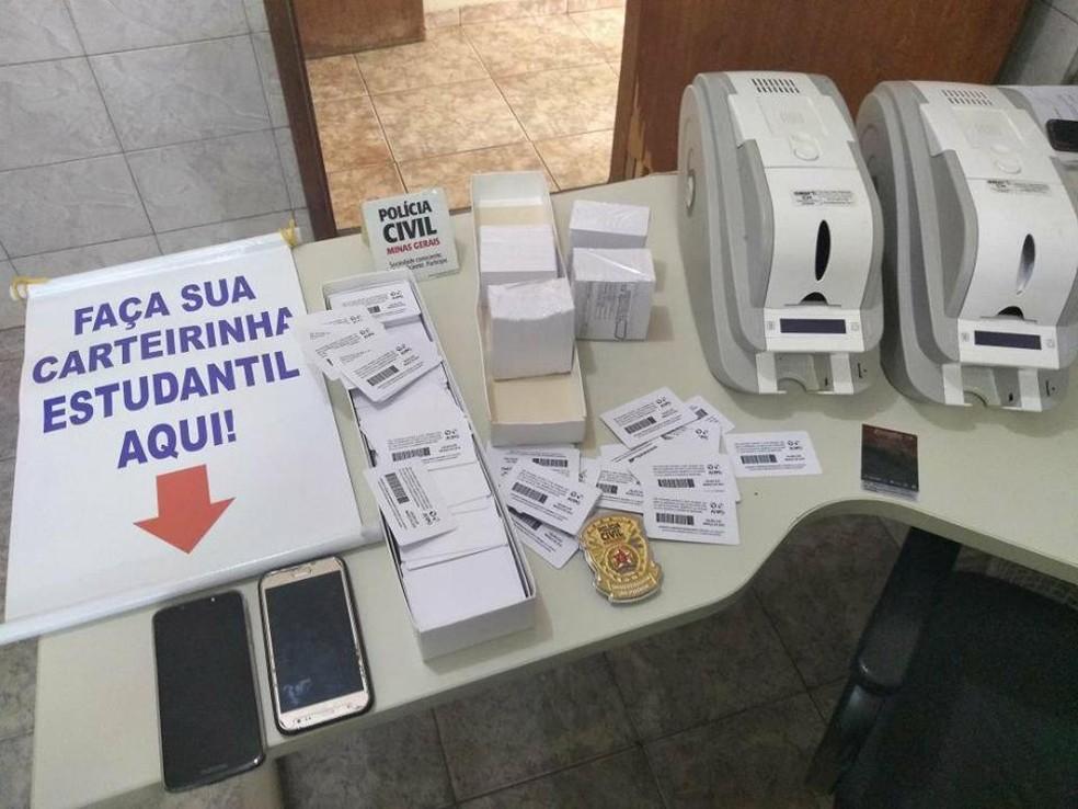 -  Polícia Civil apreendeu material usado para falsificar carteiras de estudante em Patos de Minas  Foto: Polícia Civil/Divulgação