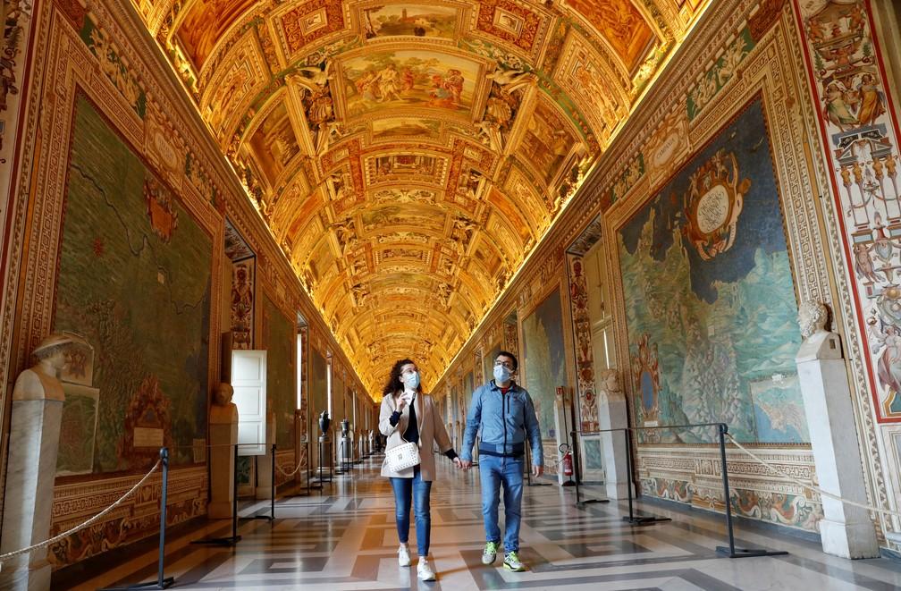 Casal caminha no corredor dos museus do Vaticano em 3 de maio de 2021, após reabertura — Foto: Remo Casilli/Reuters