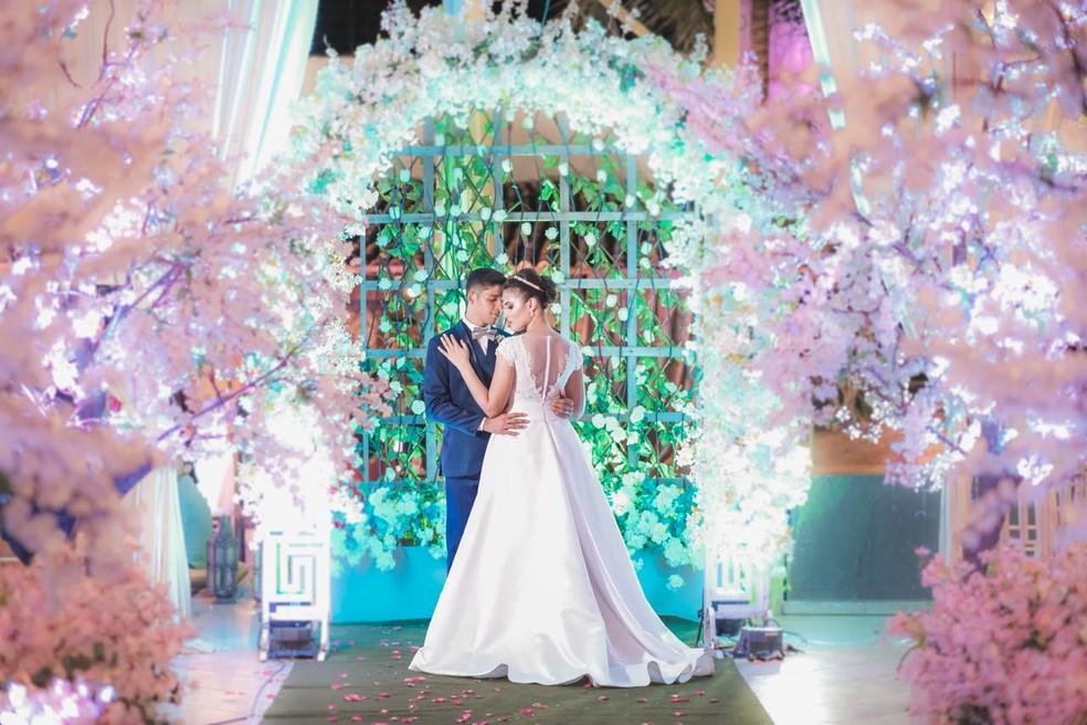 Recém-casados foram presenteados com fotos do casamento e decoração da festa (Foto: Gabriel Bandeira)