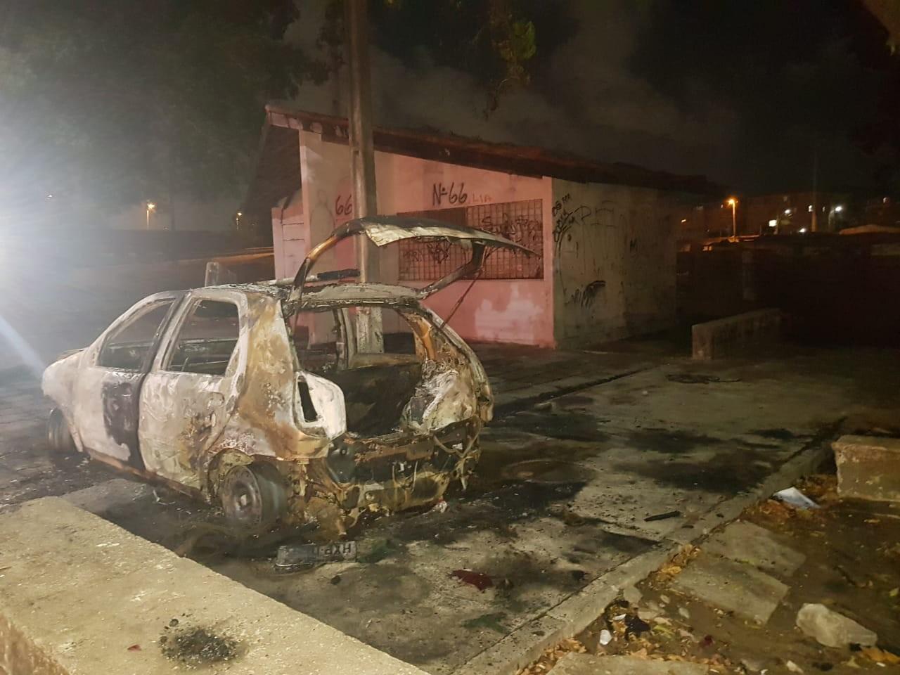 Borracharia e carro de suspeito de atirar em vendedora são incendiados na comunidade do Lagamar, em Fortaleza