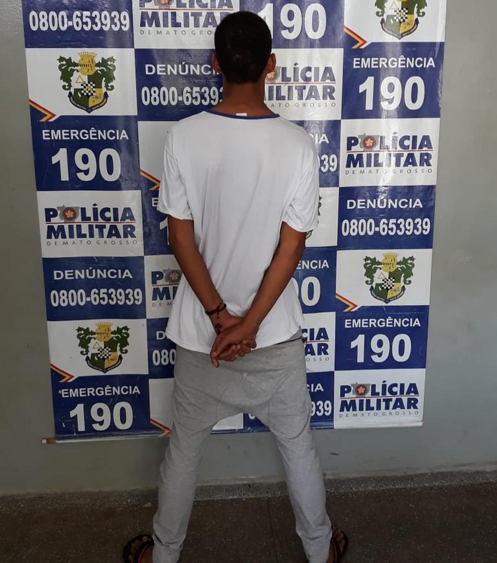 Aluno de 16 anos foi flagrado a caminho de escola com pistola de brinquedo na mochila em Rondonópolis — Foto: Polícia Militar de Mato Grosso