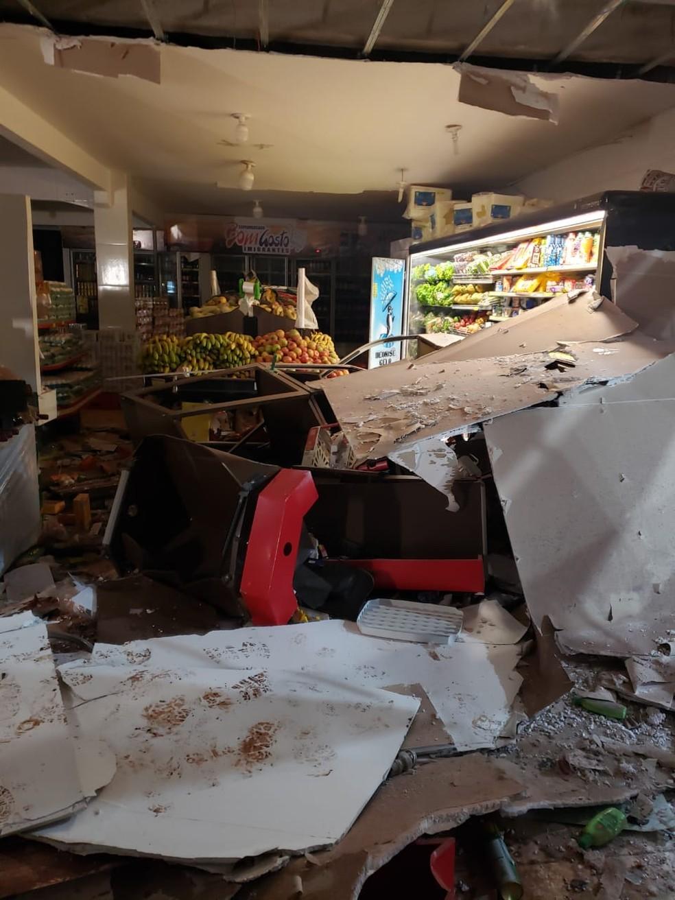 Ladrões explodiram um caixa eletrônico dentro de um supermercado na madrugada deste domingo (24) em Várzea Grande — Foto: Polícia Militar de Várzea Grande