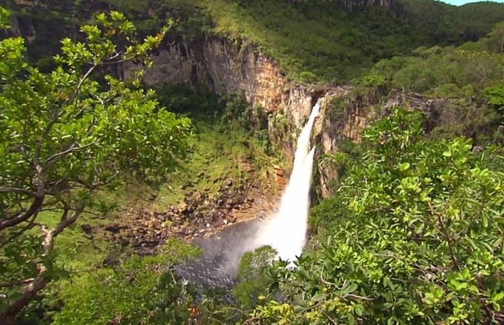 Cachoeira de 120 metros é um dos atrativos turísticos da Chapada dos Veadeiros — Foto: Reprodução/TV Anhanguera
