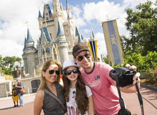 Alexsandra, Júlia e Danilo curtem o dia no Magic Kingdom (Foto: Disney)