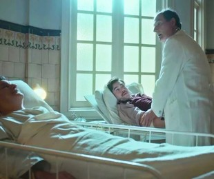 Antonio Calloni e Nicolas Prattes em cena como Júlio e Alfredo em 'Éramos seis' | TV Globo