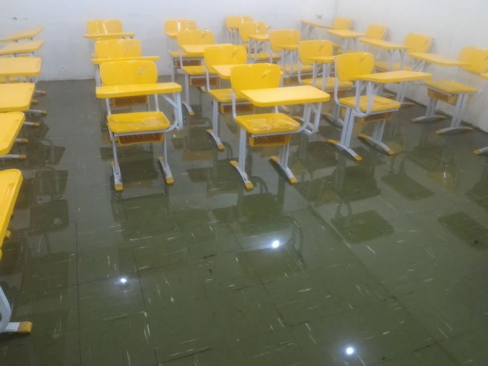 -  Após salas ficarem alagadas, aulas foram suspensas no Centro Danielle Mitterrand, em Macapá  Foto: Arquivo Pessoal