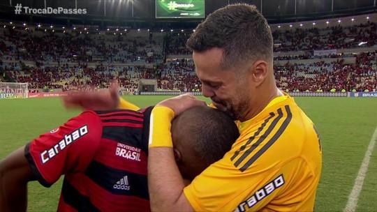 Julio Cesar e Juan se emocionam em despedida no Maracanã