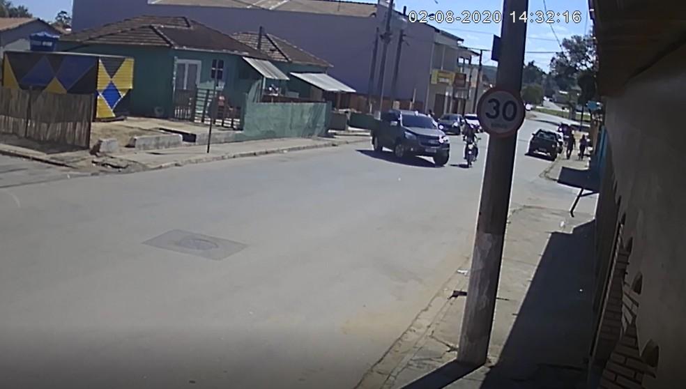 Motociclista é arremessada de moto após ser atingida por caminhonete — Foto: Reprodução/Circuito de Segurança