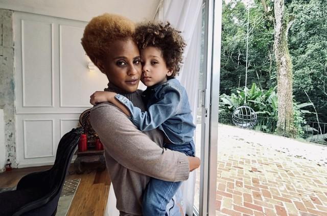 Aline Wirley e o filho Antônio, de 5 anos (Foto: Jorge Bispo)