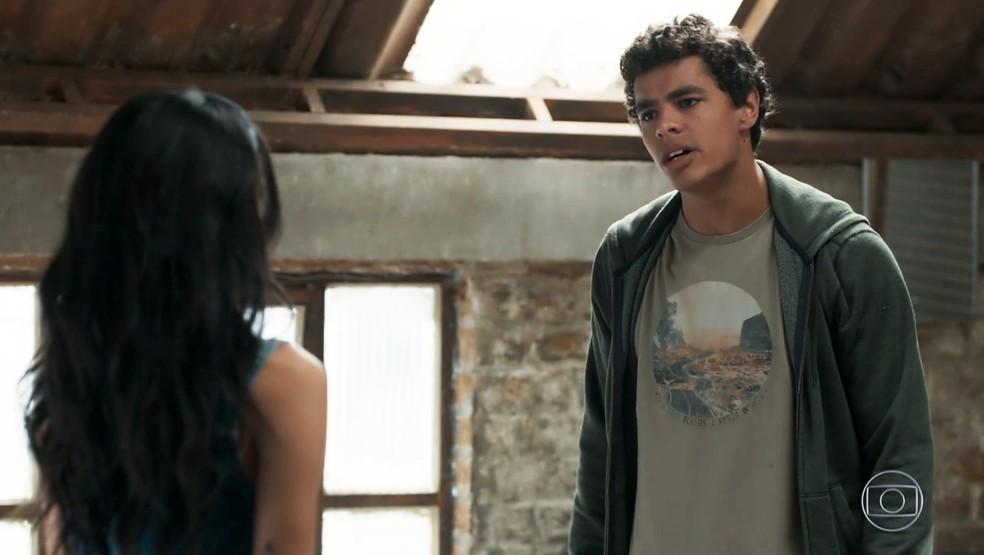 Tato (Matheus Abreu) dá uma dura em K2 (Carol Macedo) em 'Malhação - Viva a Diferença' — Foto: Globo
