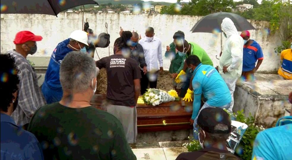 Enterro foi realizado em Santo Amaro, cidade onde Jorge Portugal nasceu — Foto: Reprodução / TV Bahia