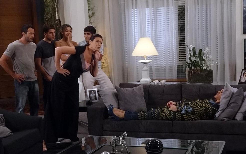 Griselda obriga Tereza Cristina a se humilhar e convoca filhos para assistir 'pisão' — Foto: Globo