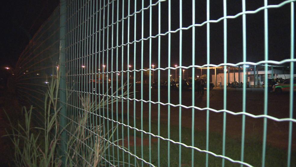 Muro que homem pulou para invadir centro da PM (Foto: TV Globo/Reprodução)