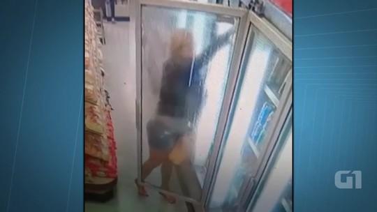 Mulher acompanhada de criança é flagrada furtando padaria; veja vídeo