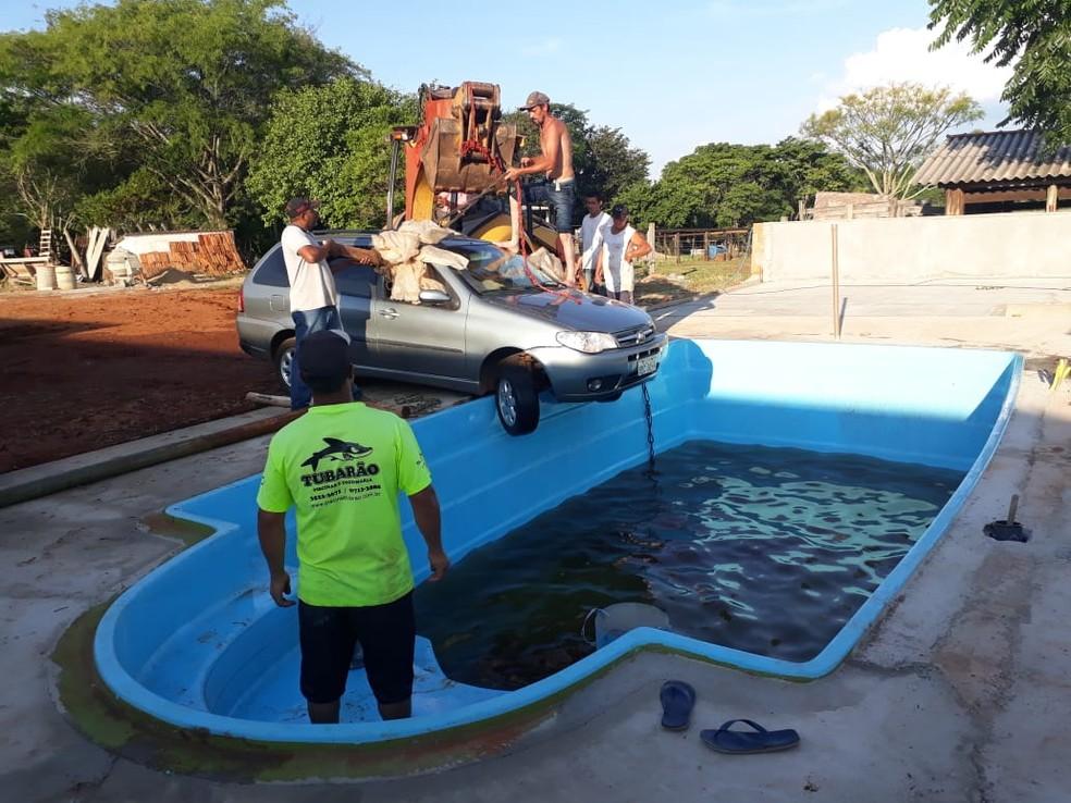 Veículo foi retirado de dentro da piscina com a ajuda de uma retroescavadeira — Foto: Luis Eduardo Vanzeli/Arquivo pessoal