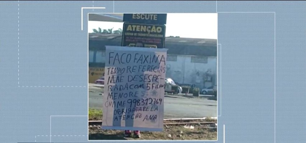 Ana Lúcia segura cartaz em semáforo de Criciúma — Foto: Reprodução/NSC TV