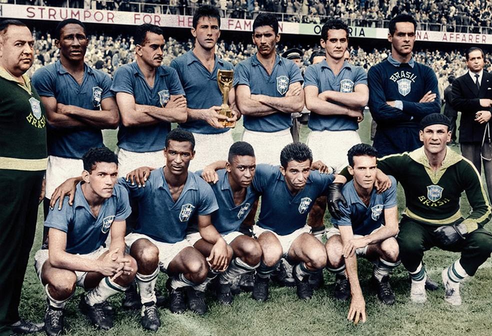 Seleção na Copa de 58: Pelé agachado, no centro, com a camisa azul — Foto: Acervo/ Getty Images