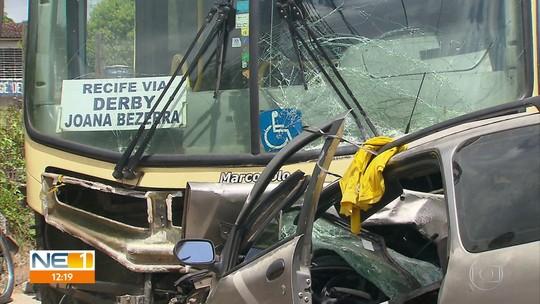 Dois morrem em colisão frontal entre ônibus e carro em Camaragibe, no Grande Recife