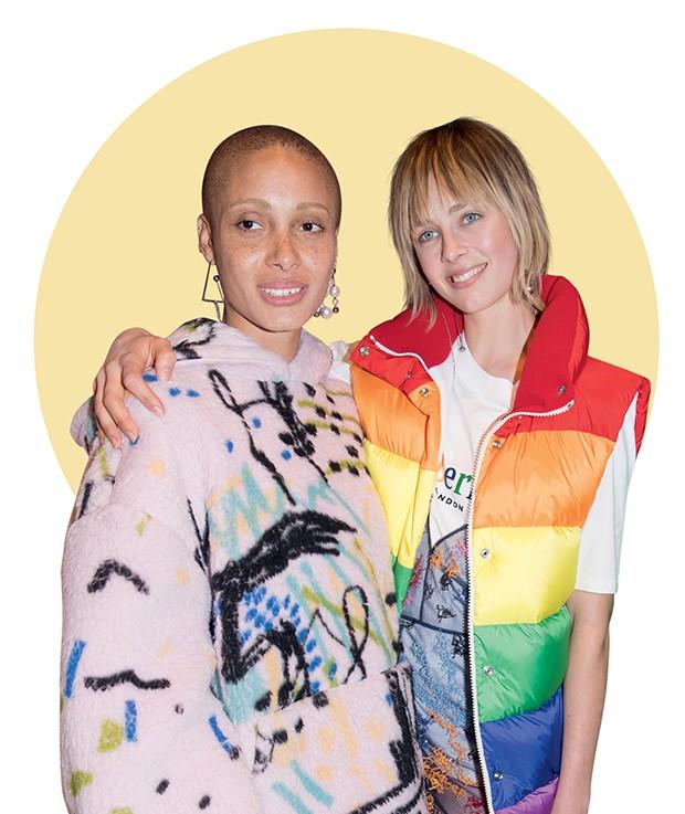 Backstage colorido: a modelo e ativista, Adwoa Aboah com a top Edie Campbell na despedida de Bailey  da Burberry (Foto: .)