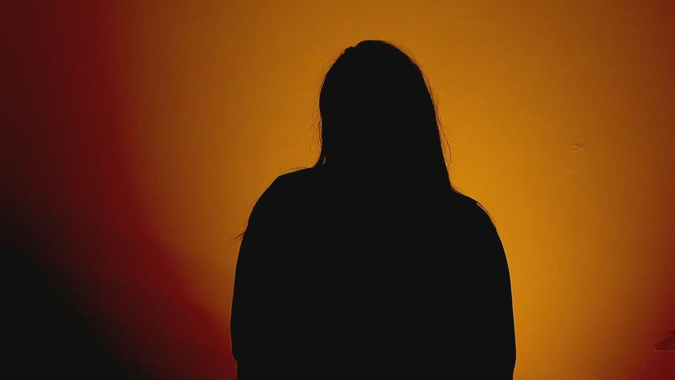 Vítima de estupro coletivo no Entorno está abrigada em Brasília e falou sobre crime que envolve um Policial Militar do DF — Foto: TV Globo/Reprodução