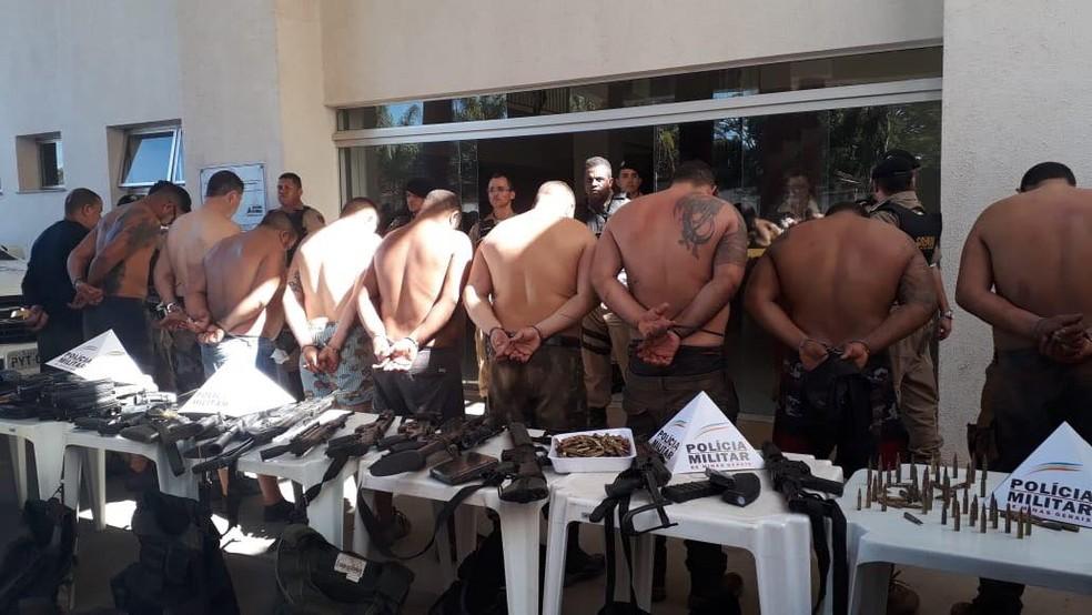Grupo preso e armas apreendidas — Foto: Mariana Dias/G1