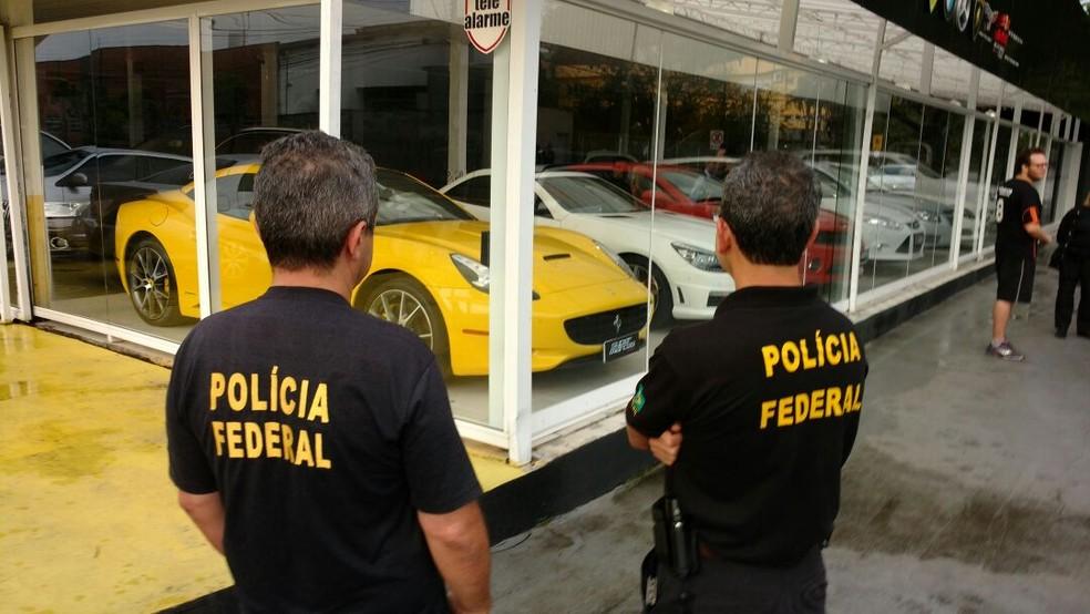Carros de luxo foram apreendidos de uma revenda em Joinville (Foto: Polícia Federal/Divulgação)
