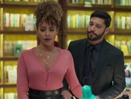 Gisele (Sheron Menezzes) e Diogo (Armando Babaioff) (Foto: TV Globo)