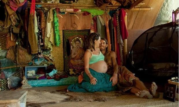 Mulher dá a luz em casa de bambu sem paredes com telhado de lona (Foto: Hielrick Georges Dajaon)