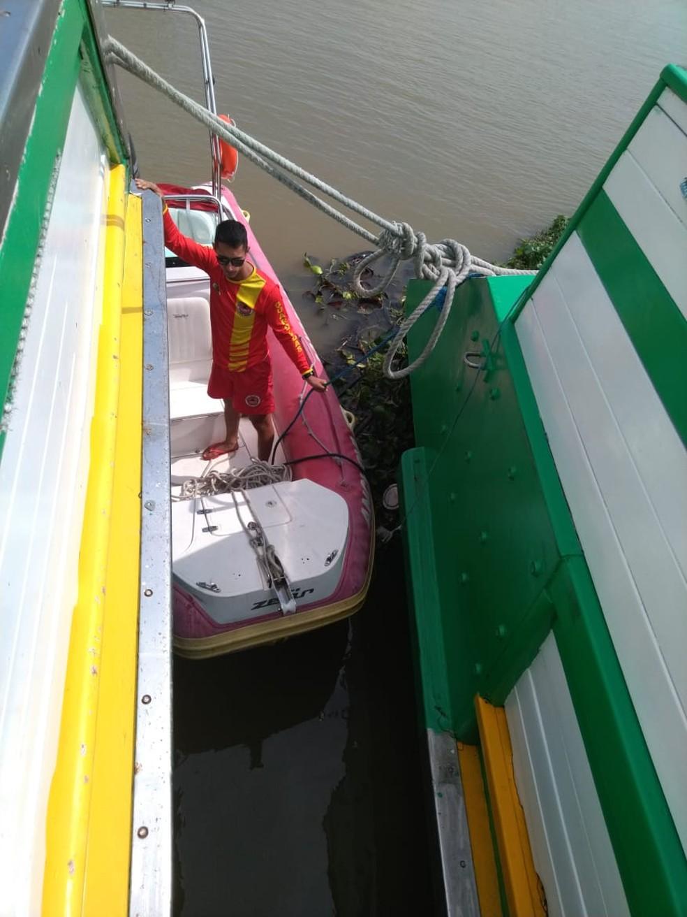 Corpo de rapaz que sumiu no Rio Itajaí-Açu estava entre duas embarcações. — Foto: Corpo de Bombeiros/Divulgação